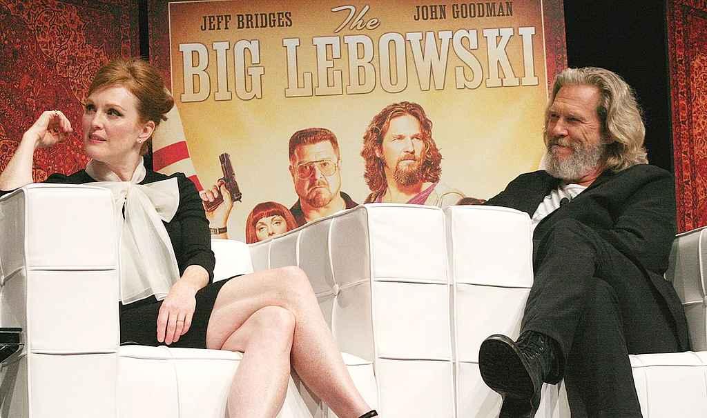 """Julianne Moore und Jeff Bridges beim """"LebowskiFest"""" 2011 (Foto: Joe Poletta (user """"vidmon"""" on Flickr)"""